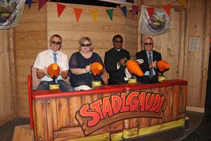 Die Ehrengäste bei der ersten Probefahrt in der neuen Stadlgaudi 4D.