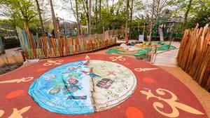 Eftelings neuer Spielwald Nest! ist für alle zugänglich. So gibt es u.a. ein Wasserbett, auf dem Besucher mit und ohne Rollstuhl sanften Wellengang erleben können.