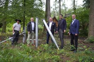In Tripsdrill entstehen 40 neue Baumhäuser. Am 5. Juli 2021 wurden die ersten Schraubfundamente im Erdboden verankert. V.l.n.r.: Gerd Morlock (Morlock GmbH), Helmut, Andreas und Benjamin Fischer (Tripsdrill), Thomas Vogl (Bürgermeister Cleebronn).