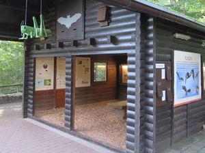 Neue Flughalle auf dem Waldlehrpfad im Opel-Zoo