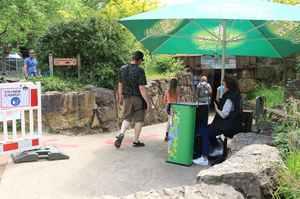 """Im Zoo Osnabrück haben die Tierhäuser wieder geöffnet. In den Tierhäusern gibt es eine Maskenpflicht und die Besucheranzahl ist eingeschränkt, damit es drinnen nicht zu voll wird. Nach über einem Jahr können Besucher somit auch endlich wieder zu den Tieren im """"Unterirdischen Zoo""""."""